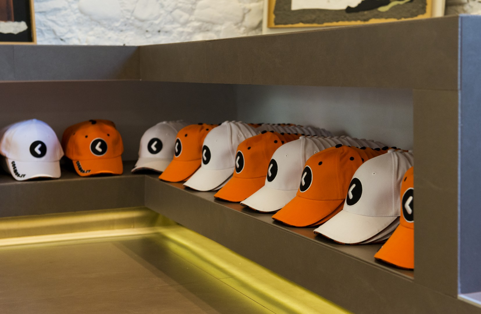 Cosmos cappellino bianco o arancio